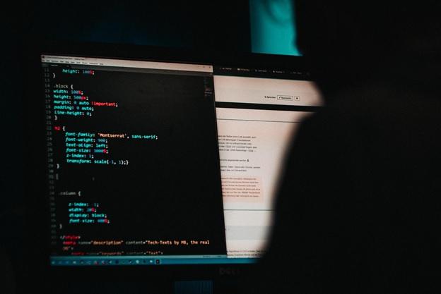 Hacker mexendo em computador
